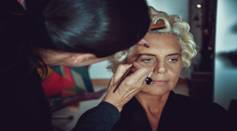 How to Find Work As a Beautician